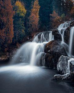 Waterval met herftskleuren van Leon Brouwer