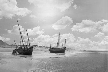 Boten op het strand Nieuwpoort België jaren '20 van Timeview Vintage Images