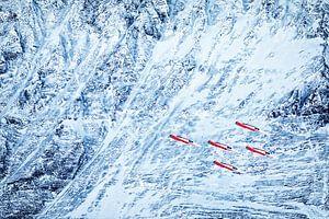 Patrouille Suisse vliegt over een gletsjer tijdens de demo bij de Lauberhornrennen in januari van Martin Boschhuizen