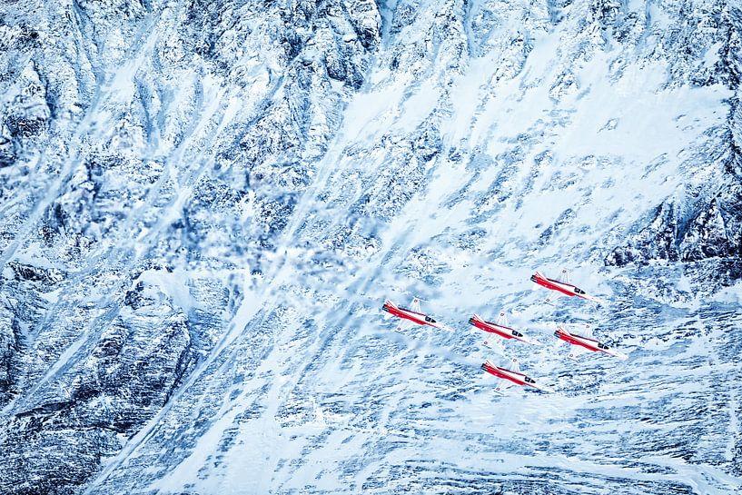 Patrouille Suisse fliegt während der Demo beim Lauberhornlauf im Januar über einen Gletscher von Martin Boschhuizen