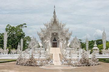 Witte tempel in Thailand van Richard van der Woude