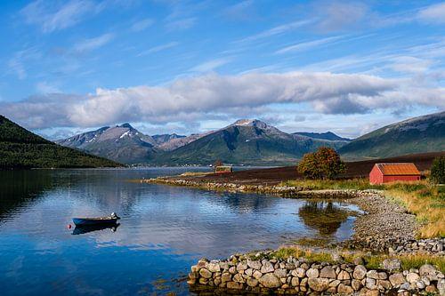 Uitzicht aan een fjord
