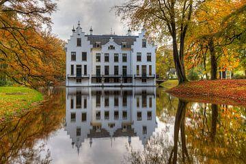 Kasteel Staverden weerspiegeld in vijver in de Herfst van Rob Kints