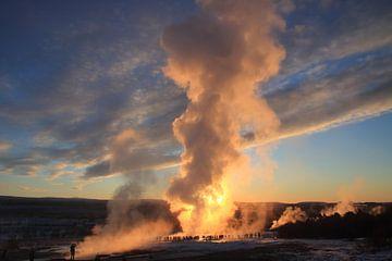 Uitbarsting van de Strokkur-geiser, IJsland sur Koen van der Werf
