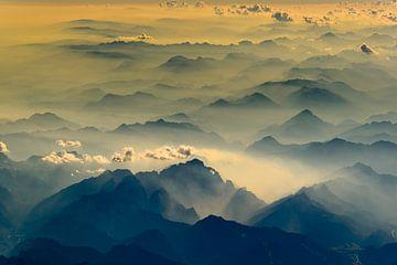 Dunst in den Tälern der Alpen von Denis Feiner