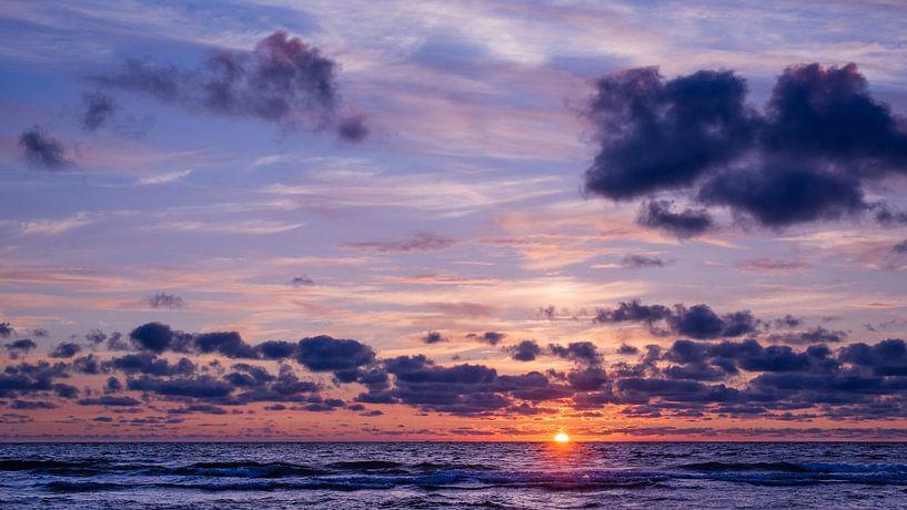 Vuurbal gaat onder in de Noordzee van Deborah Peerdeman