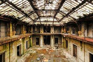 Abgelaufene beleuchtete Halle