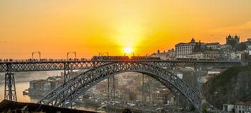 Zonsondergang bij de Dom Louis Brug en Ribeira in Porto tijdens St Jans viering. van Arthur Puls Photography