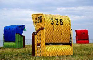 Gelbe, rote und  blaue Strandkörbe am Wattenmeer