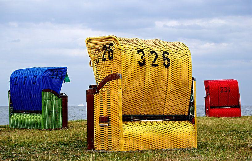 Gelbe, rote und  blaue Strandkörbe am Wattenmeer von Alice Berkien-van Mil