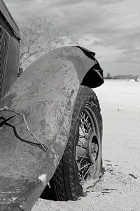 Altes rostiges und verlassenes Oldtimer-Wrack in der Wüste