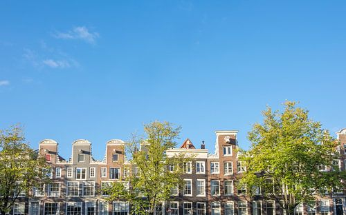 Amsterdam-traditionelle alte Gebäudefassaden an den Kanälen