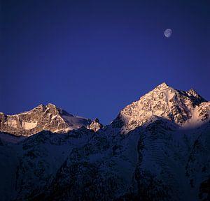 Maan boven de bergen van