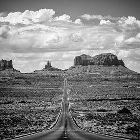 Autoroute jusqu'à Monument Valley en noir et blanc sur Michael Bollen