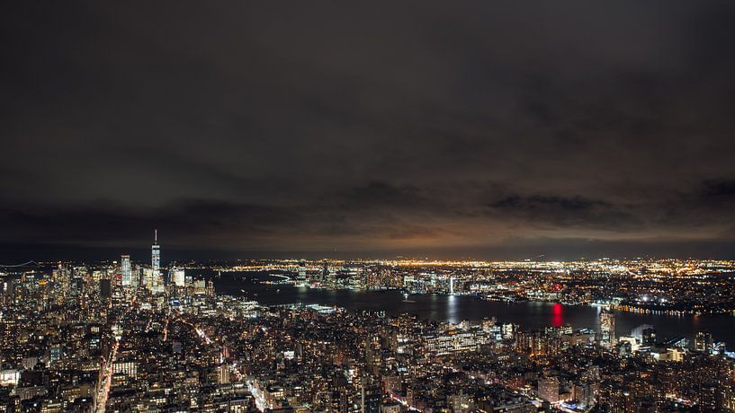 Manhattan by night van Bas de Glopper