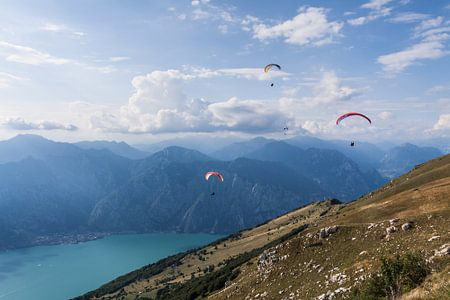 Paragliders boven het Gardameer van Frenk Volt