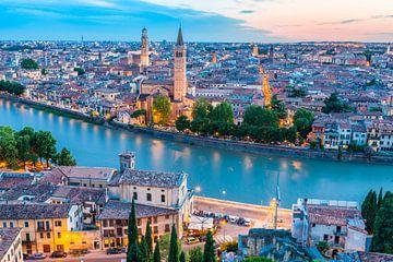 Verona in de avond van Jan Schuler