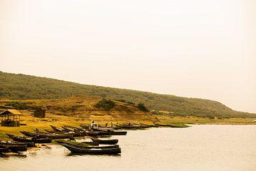 Bootjes in een rivier in Oeganda, Afrika van Laurien Blom