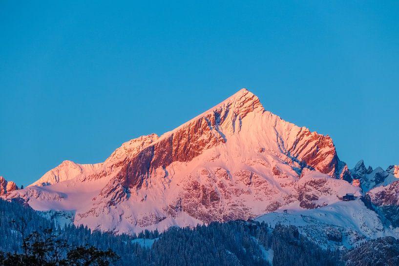 Alpspitze im ersten wärmenden Sonnenlicht van Manfred Schmierl