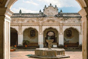 Blick auf einen Kolonialhof mit Springbrunnen in La Antigua, Guatenmala von Michiel Dros