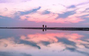 Zonsondergang met reflectie in een zwinnetje
