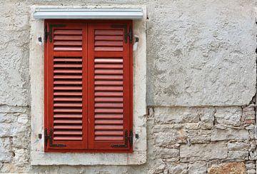 rode luiken van een venster in de historische oude stad van Pula in Kroatië van Heiko Kueverling