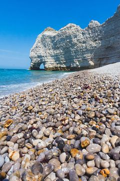 Glänzende Kieselsteine und Kreidefelsen, am Strand bei Etretat von Paul van Putten