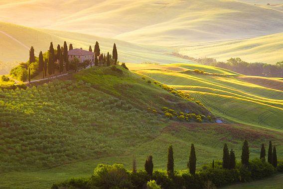 Het huis op de heuvel in Toscane in de eerste zonnestralen