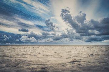 Strand met Stormachtige wolken en eenzame strand van