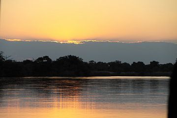 Zonsondergang boven de Okavango rivier van Marvelli