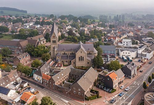 Luchtfoto van de Sint-Petruskerk in Gulpen