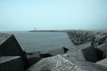 Pier in de zee met vuurtoren van Bert-Jan de Wagenaar