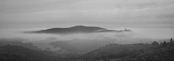Monochrome Tuscany in 6x17 format, ochtendmist nabij Castelmuzio van Teun Ruijters