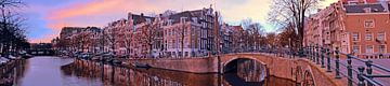 Panorama van de stad Amsterdam bij zonsondergang van