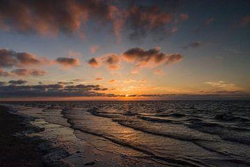 Schöner Sonnenuntergang am Strand in Renesse (Zeeland) von Debbie Kanders