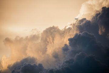 Donderende bewolkte lucht met vliegtuig van Andreas Hackl