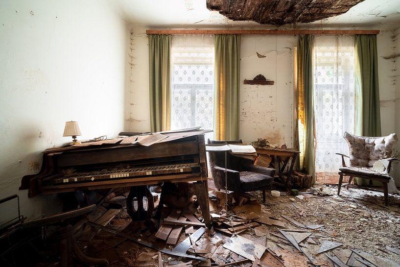 Verlaten Piano in Verval. van Roman Robroek