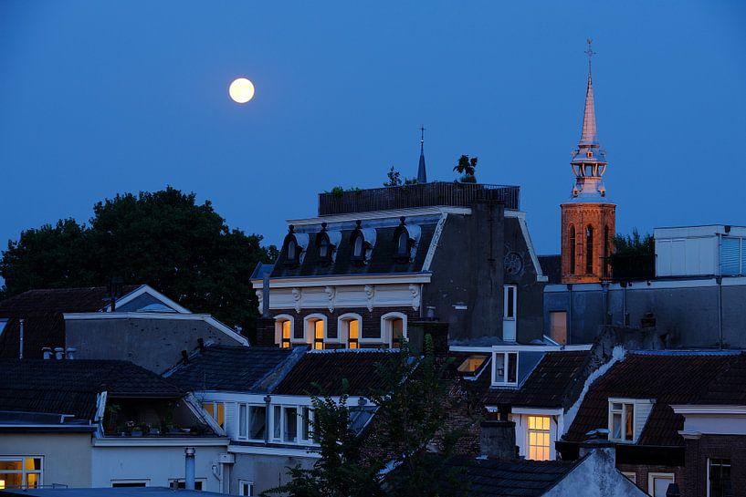 Zicht op de Haverstraat in Utrecht met de Catharijnekerk op de achtergrond van Donker Utrecht