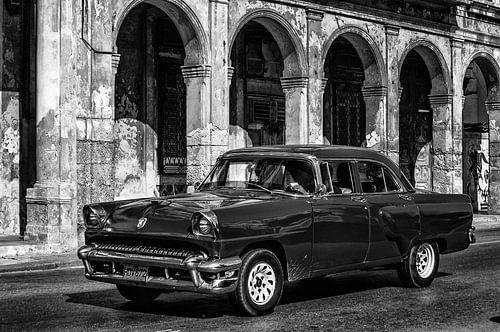 Klassieke auto voor zuilenrij
