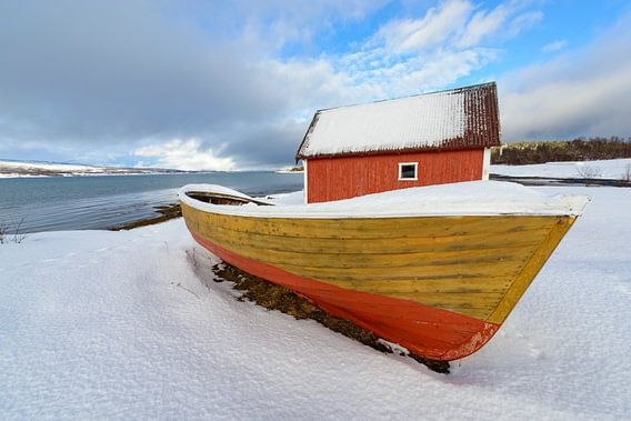Vissersboot en hutje langs een Fjord in Noord Noorwegen
