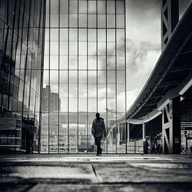 Straatfotografie in Utrecht. De wandelaar op het stadsplateau in Utrecht in zwart-wit. (Utrecht2019@ van De Utrechtse Grachten