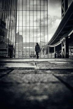 Straatfotografie in Utrecht. De wandelaar op het stadsplateau in Utrecht in zwart-wit. (Utrecht2019@ van