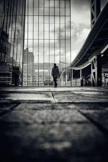 Straatfotografie in Utrecht. De wandelaar op het stadsplateau in Utrecht in zwart-wit. (Utrecht2019@