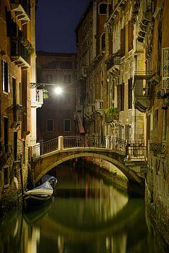 Romantisch steegje in Venetië in de avond. van Voss Fine Art Fotografie