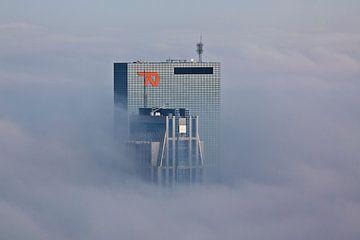 Bâtiments transpercent le brouillard dans le centre de Rotterdam sur Anton de Zeeuw