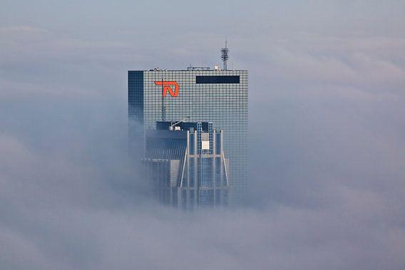 Gebouwen prikken door de mist te Rotterdam