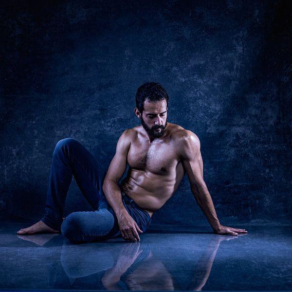 Sexy Mann in Blau von Atelier Liesjes
