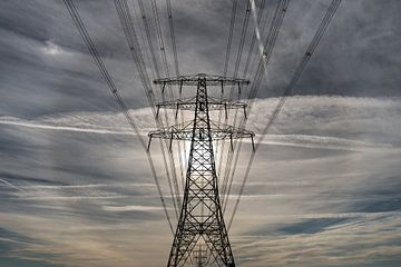 Electriciteitsmast met een halo op de achtergrond von Harrie Muis