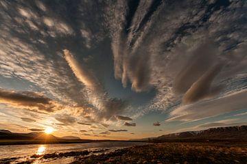 IJsland Varmahlíð in de nacht met ondergaande zon van Eddy 't Jong