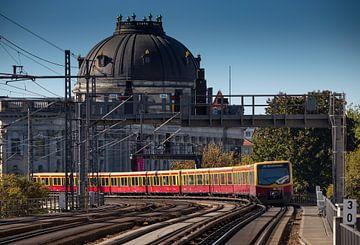 Berlijnse metro trein bij Hackescher Markt en Bode museum van Arthur Scheltes